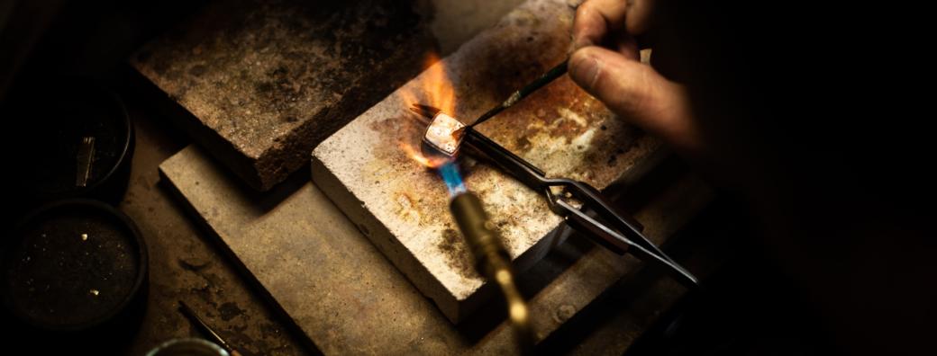 Hand soldering metal