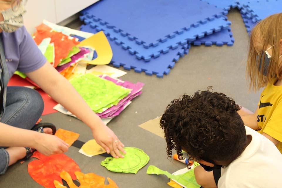 children make art